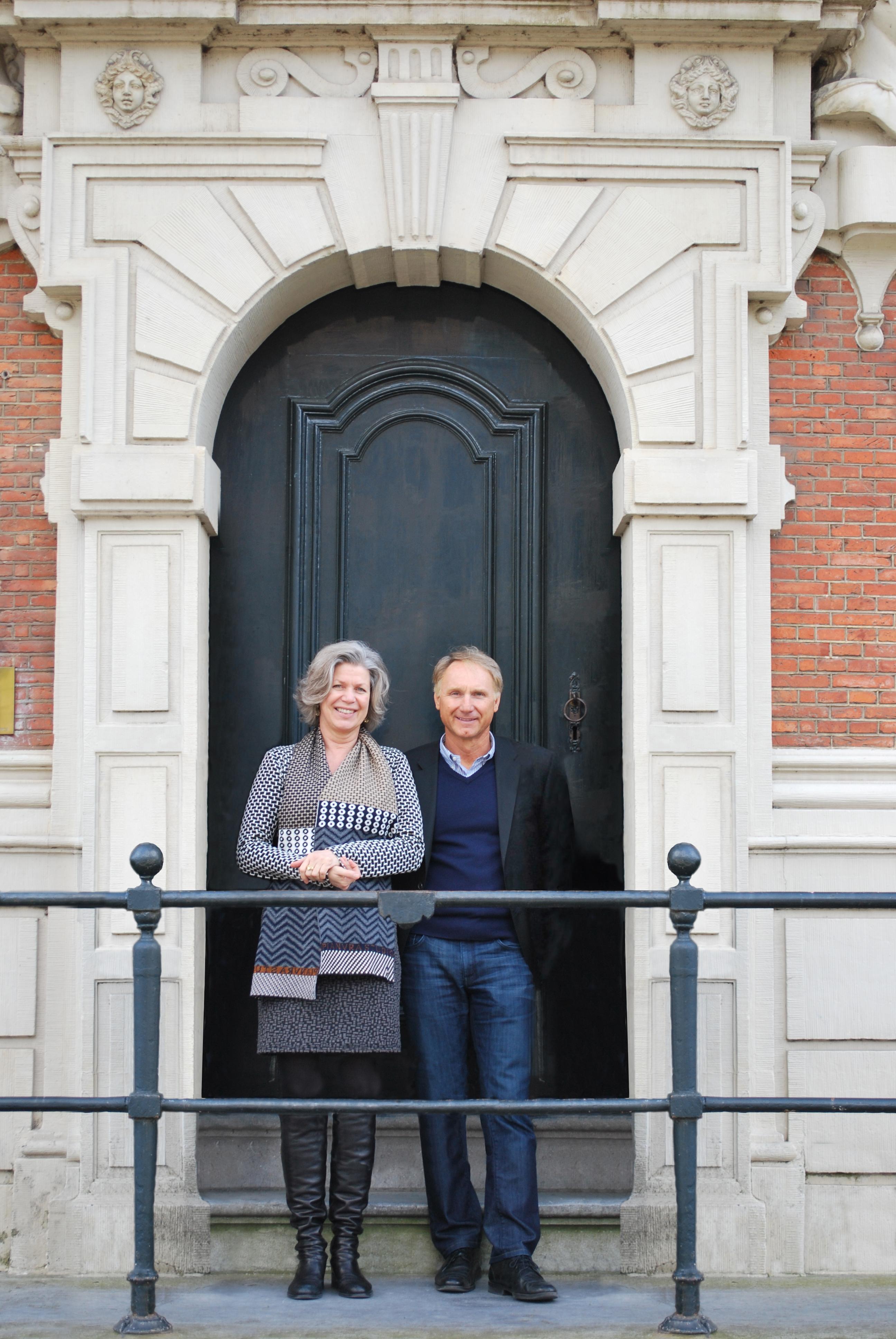 Esther Ritman en Dan Brown voor het Huis met de Hoofden